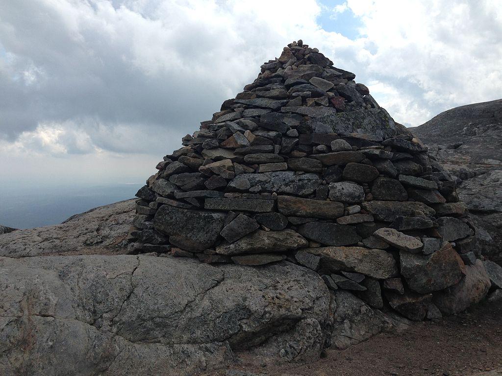 Mount_Monadnock_Mound_on_top_of_the_mountain_
