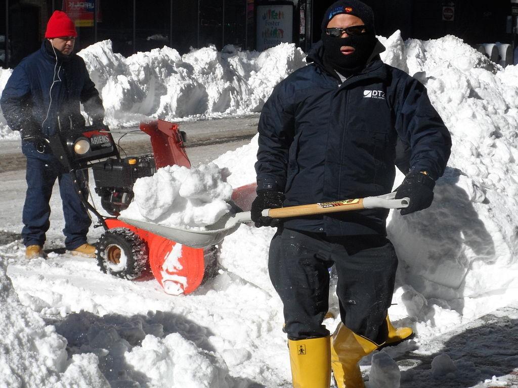 Men_working_in_snow